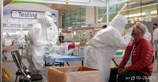 [사진]코로나19 워킹스루 검사 받는 외국인