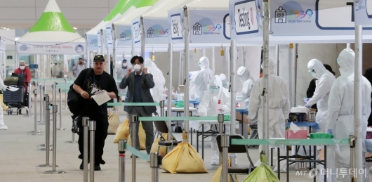 [사진]인천공항 워킹스루 검사 마친 외국인