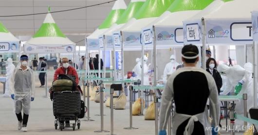 [사진]인천공항에서 코로나19 검사 마친 외국인