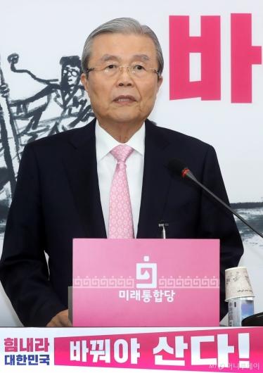 [사진]기자회견하는 김종인 총괄선대위원장