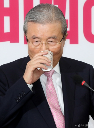 [사진]물 마시는 김종인