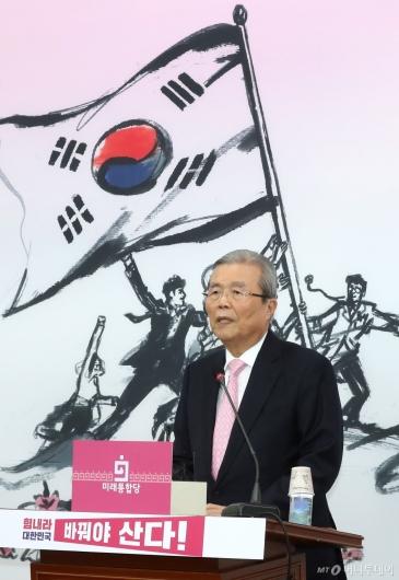 [사진]답변하는 김종인