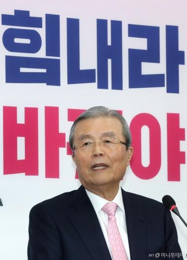 [사진]질의 답변하는 김종인