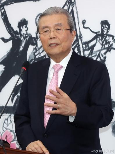 [사진]답변하는 김종인 총괄선대위원장