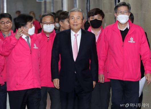 [사진]기자회견 참석하는 김종인