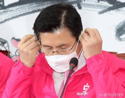 [사진]마스크 쓰는 황교안