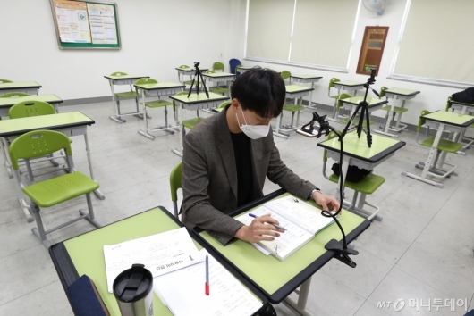 [사진]코로나19 여파에 달라진 교실 풍경