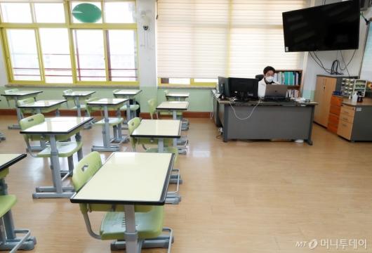 [사진]'홀로 교실 지키는 선생님'