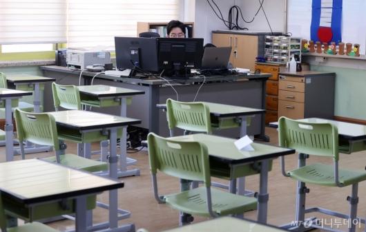 [사진]'코로나19로 학생 없는 교실'
