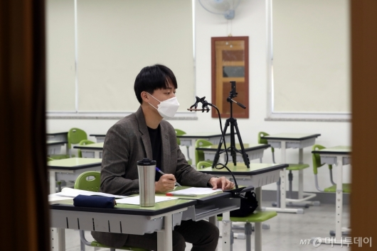 [사진]'학생들 없이 선생님 홀로'