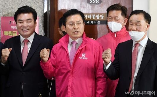 [사진]파이팅 외치는 황교안-원유철