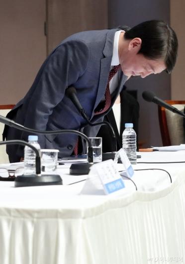 [사진]인사하는 안철수 대표