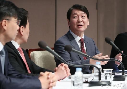 [사진]토론자들과 이야기하는 안철수