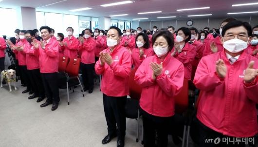 [사진]한국당, 코로나19 대응 의료진에 응원의 박수
