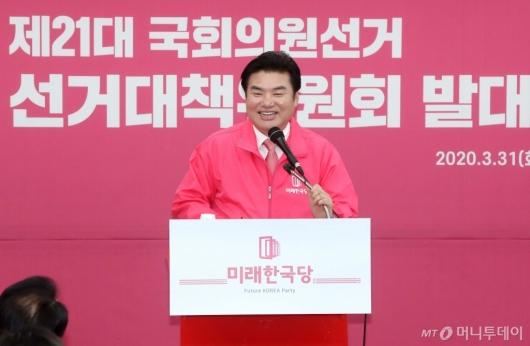 [사진]미소 짓는 원유철 대표