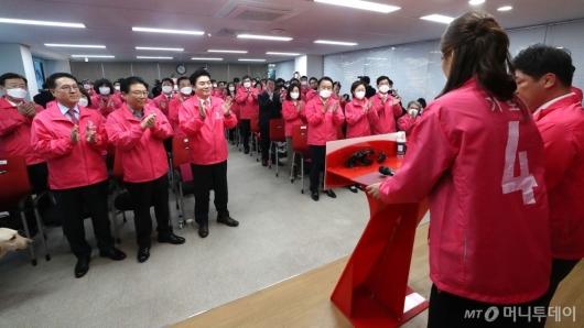 [사진]결의문 낭독하는 미래한국당