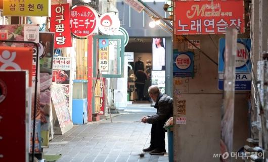 [사진]'한숨 깊어지는 명동 상인'