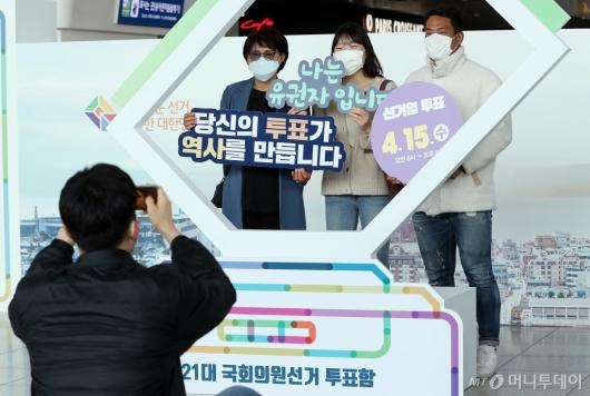 [사진]서울역에 마련된 선거정보관