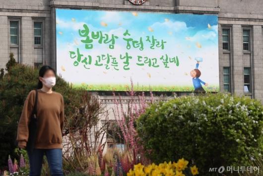 [사진]'봄바람 숭덩 잘라 당신 고달픈 날 드리고 싶네'