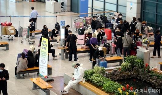 [사진]버스 탑승 위해 대기하는 해외 입국자들