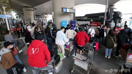 [사진]임시노선 버스 탑승하는 해외 입국자들