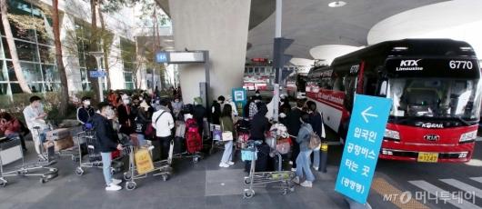 [사진]해외 입국자들 '특별 수송대책'