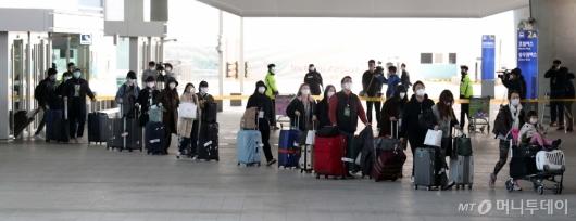 [사진]격리시설 향하는 이탈리아 교민들