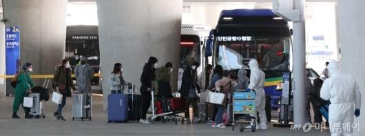 [사진]버스 탑승하는 이탈리아 교민들