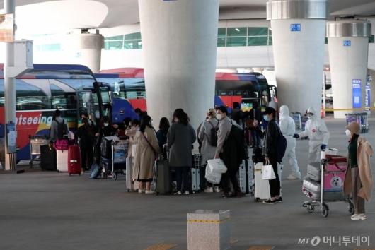 [사진]줄지어 버스 탑승하는 이탈리아 교민들