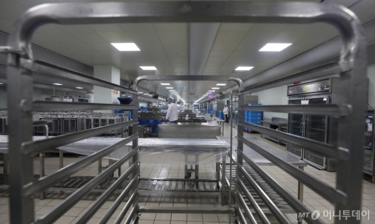 [사진]코로나19 여파로 썰렁한 기내식 센터