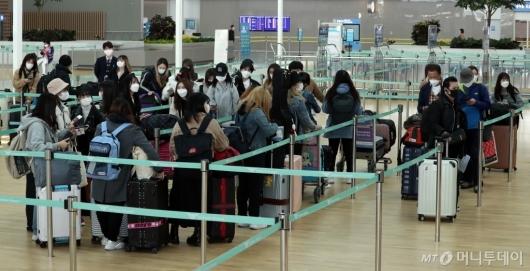 [사진]일본행 탑승객들 붐비는 발권 카운터