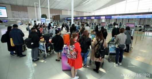 [사진]일본행 탑승객들로 붐비는 공항