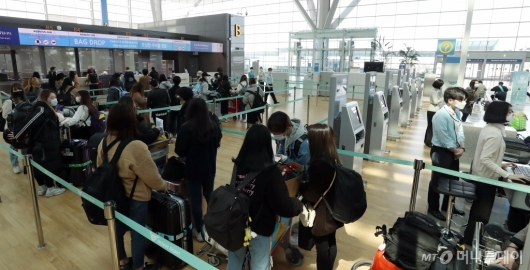 [사진]일본행 탑승객들로 줄지은 발퀀 카운터