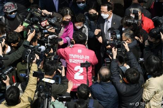 [사진]첫 거리유세 나선 황교안 대표