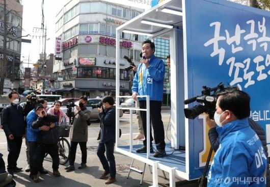 [사진]이낙연 후보 유세, 정부 비판하는 시민