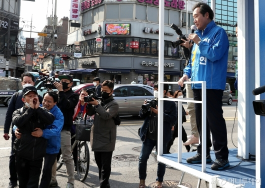 [사진]정부 비판 목소리 듣는 이낙연 후보