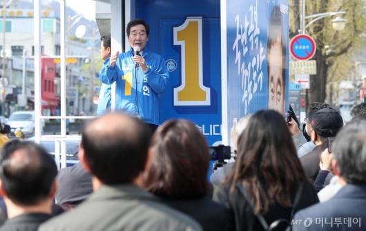 [사진]이낙연 후보에 시선집중