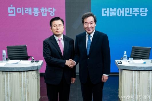 [사진]토론회 앞서 악수하는 이낙연-황교안