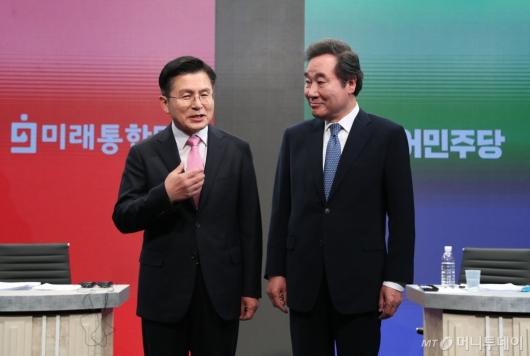 [사진]대화하는 이낙연-황교안 후보