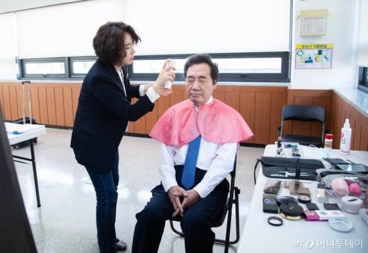 [사진]토론회 준비하는 이낙연 후보