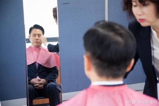 [사진]토론회 준비하는 황교안 후보