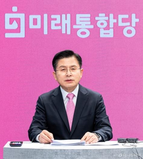 [사진]토론회 준비하는 황교안