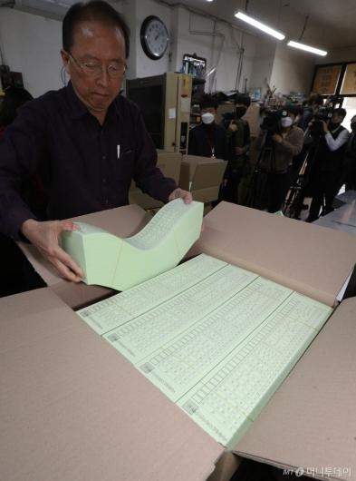 [사진]'투표용지 이상 없습니다'