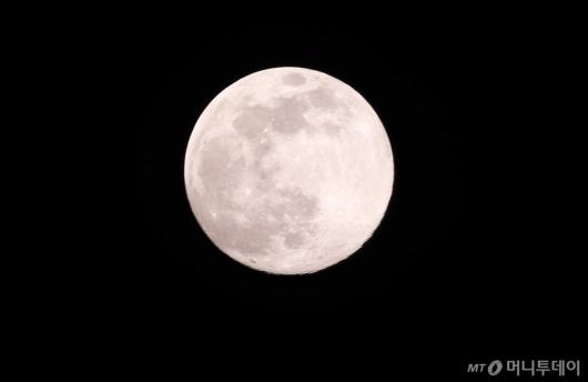 [사진]올해 가장 크게 뜬 '핑크 슈퍼문'