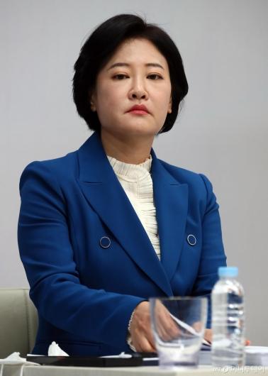 [사진]토론회 준비하는 이수진