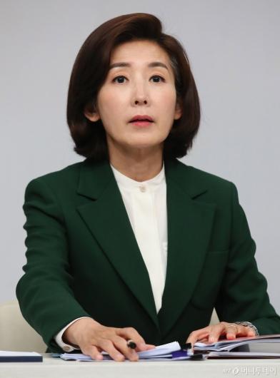 [사진]토론회 준비하는 나경원