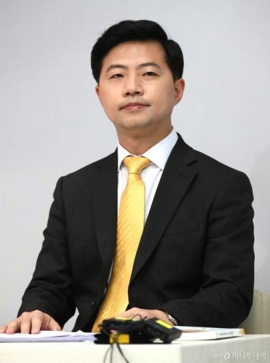 [사진]토론회 준비하는 이호영