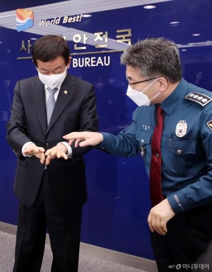 [사진]대화하는 진영 장관-민갑룡 경찰청장