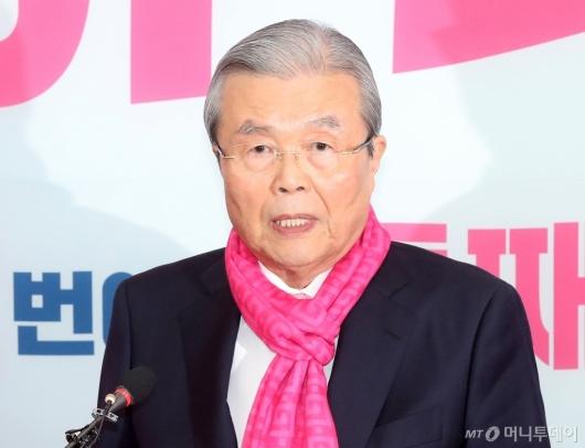 [사진]후보자 막말에 입장 밝히는 김종인