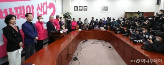 [사진]긴급 기자회견하는 김종인